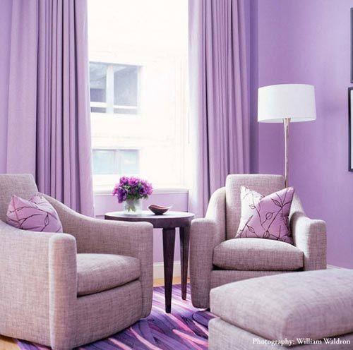 Stilvolles lila Wohnzimmer Interieur - komfortabler Liegestuhl - Wohnzimmer Modern Lila
