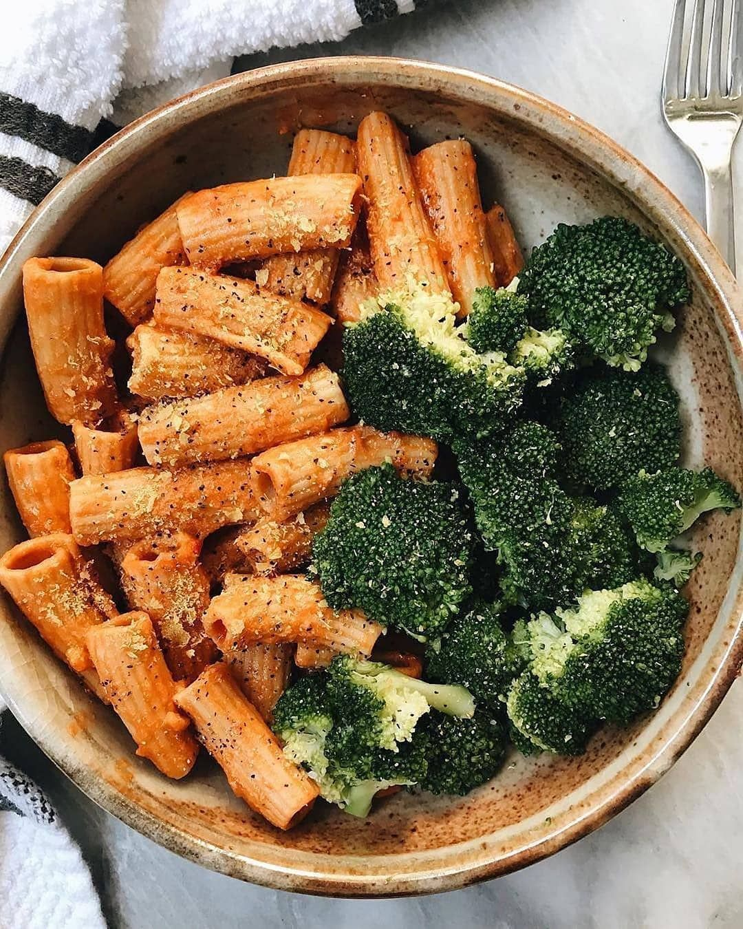Vegspiration Daily Vegan Food On Instagram Rigatoni With Vegan Sauce And Steamed Broccoli By Plantbasedjane Vegan S Food Healthy Recipes Healty Food