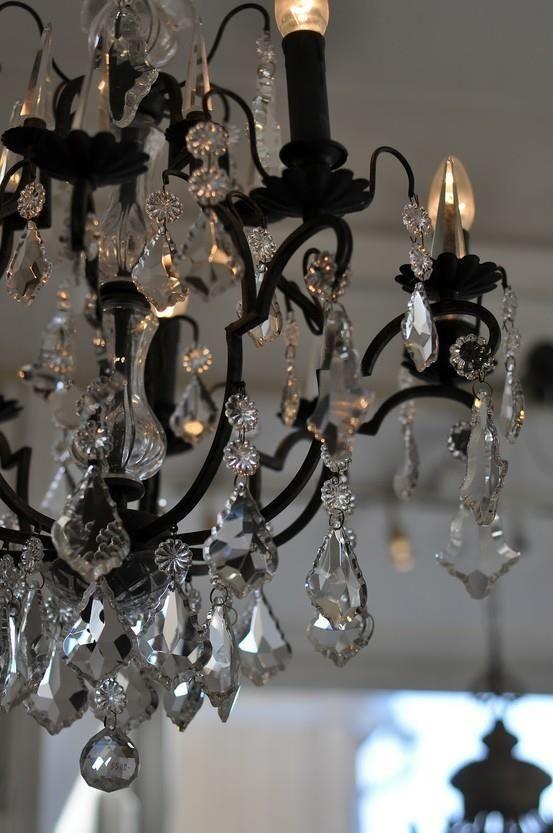 La camera da letto e nero cosi la lampadario e nero e claro, e elegante. La lampadario da sapore (flavor) per la camera da letto.