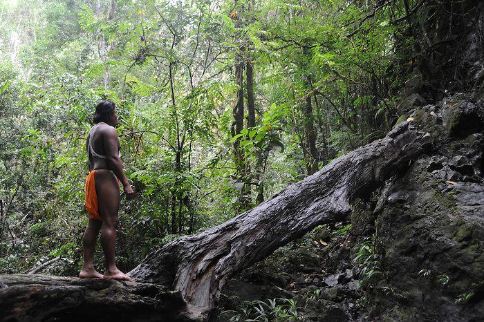 """""""Percibí el llanto y agonía de vestigios sepultados por una civilizada ignorancia"""".<br /> <br /> The embera man and the tree trunk / comunidad indígena emberá, Panamá.<br /> <br /> II PREMIO EN CONCURSO DE FOTOGRAFÍA FOREST FINANCE 2011, PANAMÁ.<br /> <br /> II AWARD IN PHOTO CONTEST FOREST FINANCE 2011, PANAMA.<br /> <br /> EDICIÓN LIMITADA / LIMITED EDITION (10)"""