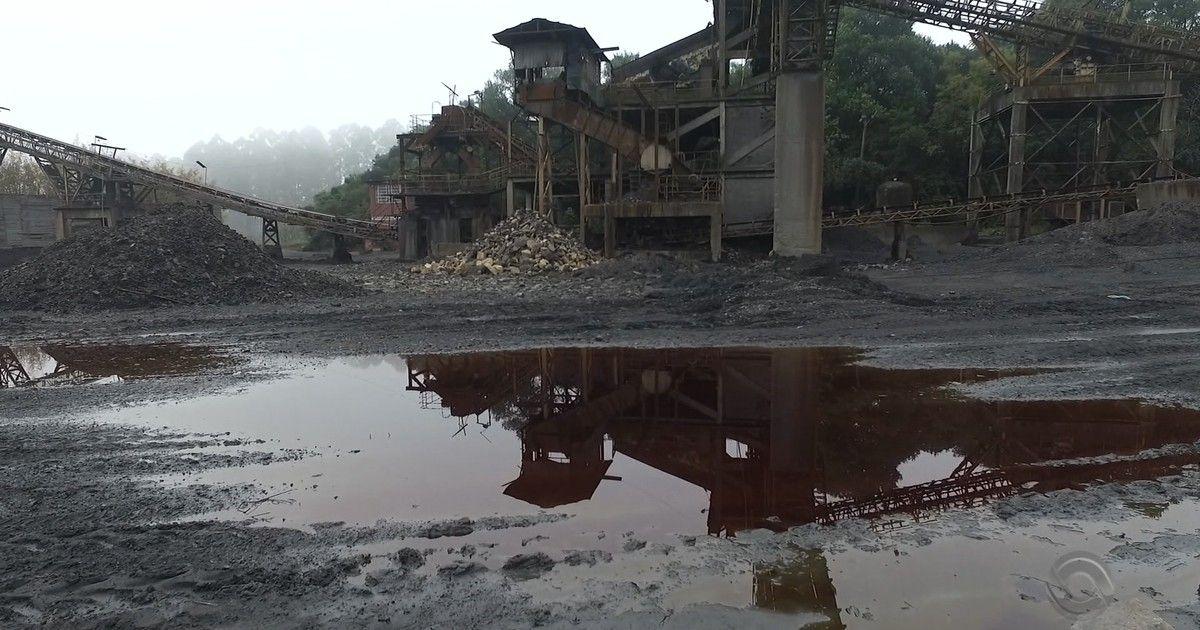 Com mina abandonada no Sul de SC, água ácida vai parar direto em rio