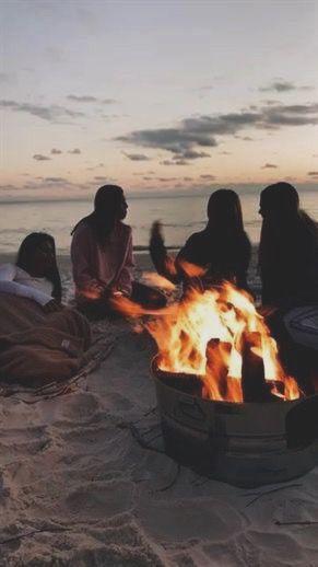 Photo of Lagerfeuer am Strand bei Sonnenuntergang. tolle idee für geburtstag oder frühling / sommerparty