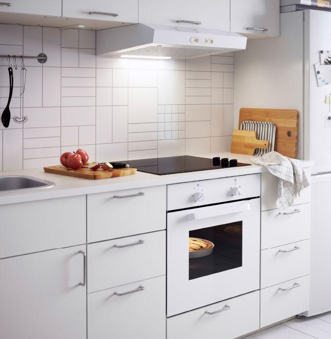 Weiße Küche, u a eingerichtet mit LAGAN OV3 Backofen in Weiß - küche schwarz weiß