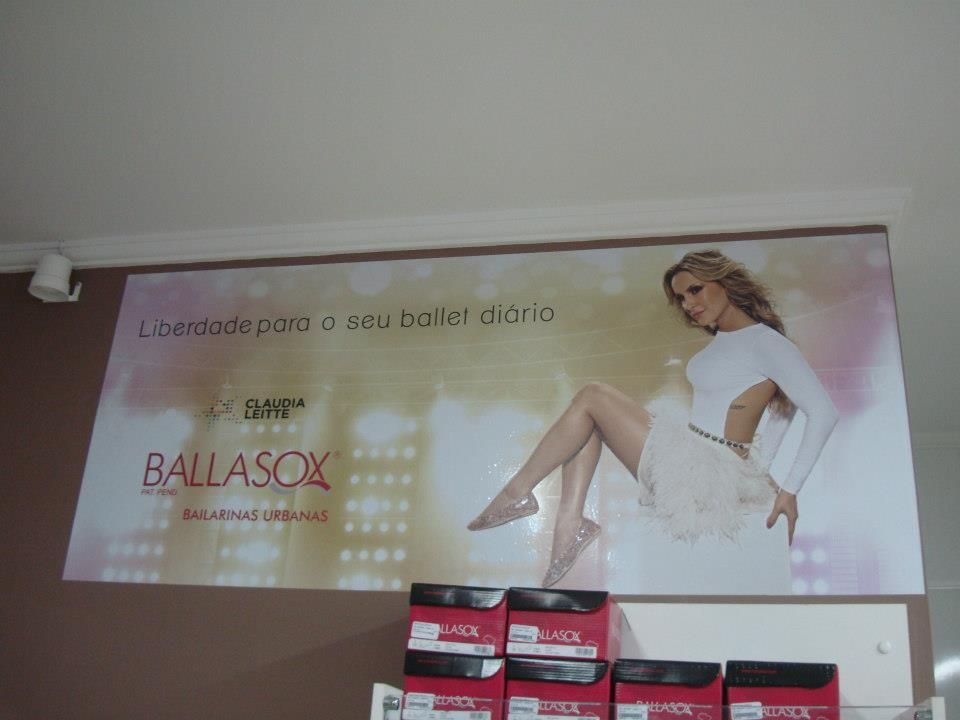 adesivo em parede de loja