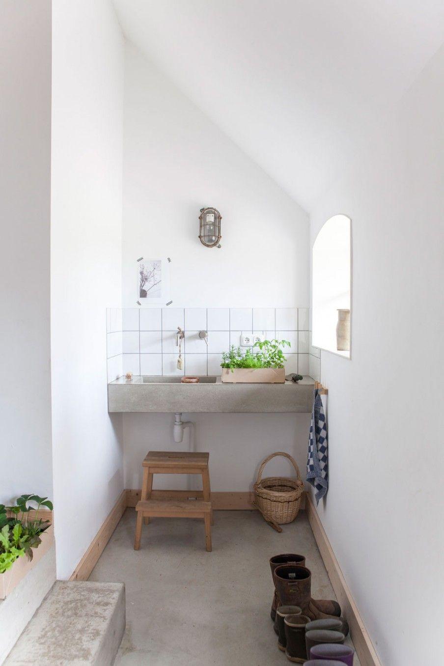 Witte badkamer, betonnen wastafel, krukje | White bathroom, concrete ...