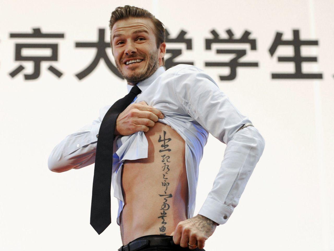 """BECKHAM, EL MÁS SEXY. La revista People ha honrado al ex futbolista inglés David Beckham como el """"hombre vivo más sexy del mundo"""". Beckham, de 40 años, dice que a pesar de su reputación internacional como símbolo sexual no se siente una persona atractiva. """"Me gusta usar ropa bonita y trajes geniales y sentirme bien, pero nunca pienso en mí mismo en esa forma"""", afirma. Casado con la ex miembro de las Spice Girls Victoria Beckham, es padre de cuatro hijos. El exfutbolis..."""