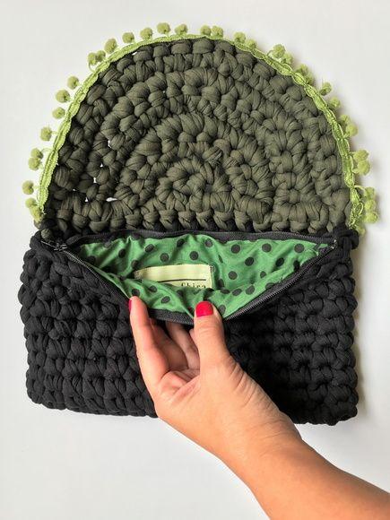 1fd0565fd Bolsa clutch de croche verde Clutch de croche feita com fio de malha com  bordado.