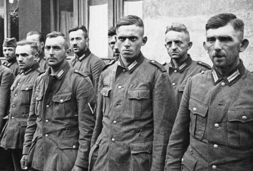 Soldados alemanes tomados prisioneros por el ejército polaco durante la invasión nazi, se muestran mientras estaban cautivos en Varsovia, el 2 de octubre de 1939. (Foto AP)