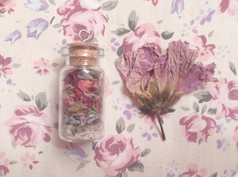 jess-woods:  protection charm with salt, pine, cloves, cinnamon, peppermint, mugwort, rose petals, lavender, and bay leaf♡
