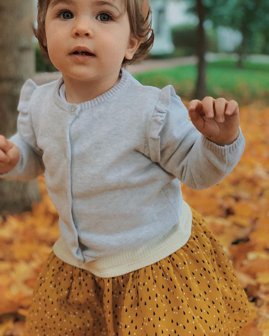 Cette petite fille tellement fière de savoir marcher, elle découvre le monde différemment, tellement de fierté dans ses yeux