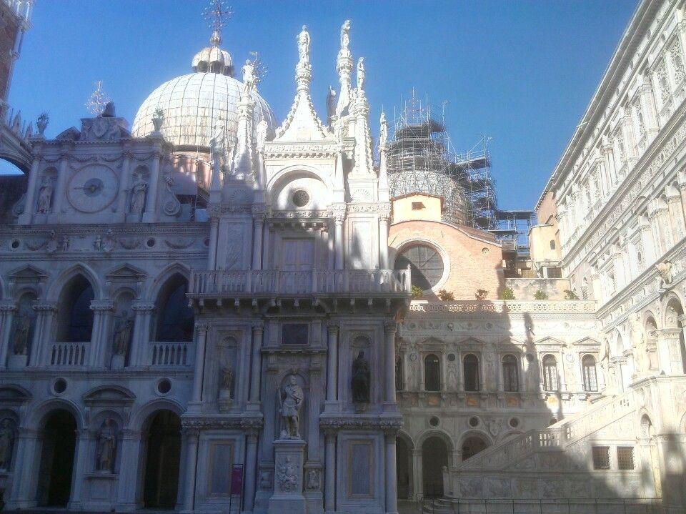 Es el principal templo católico de la ciudad de Venecia y la obra maestra de la influencia bizantina en el Véneto.