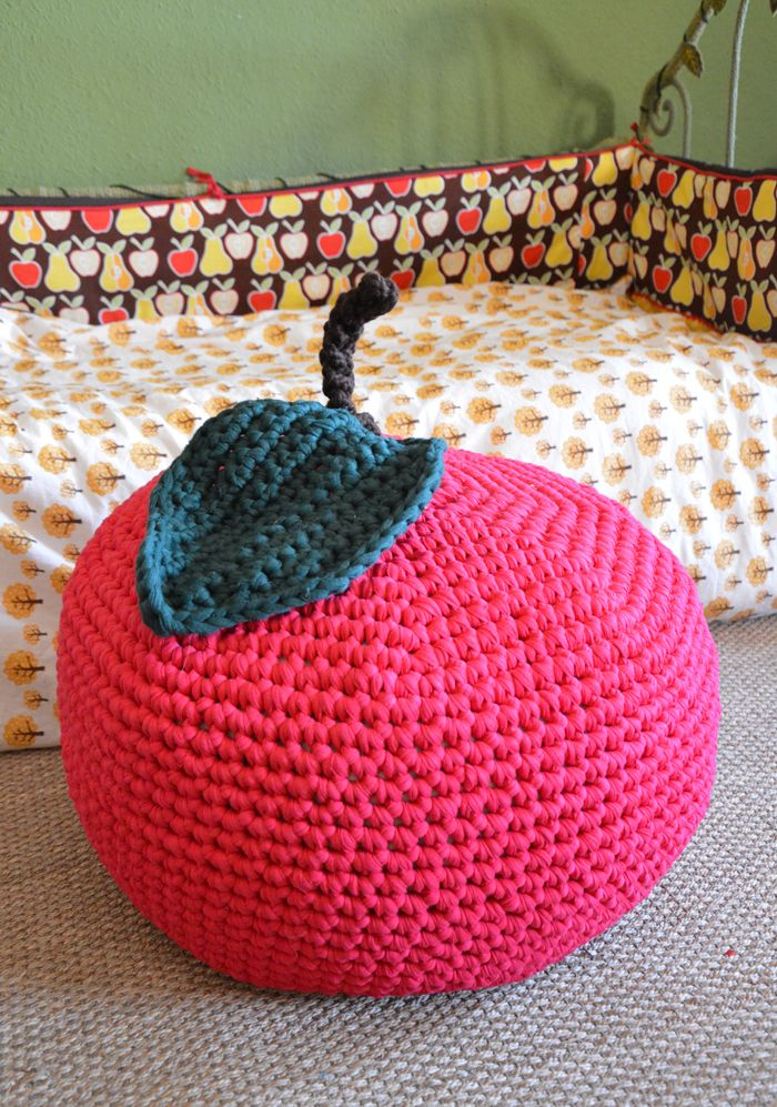 diy un pouf pomme au crochet crochet tricot and crochet pillow. Black Bedroom Furniture Sets. Home Design Ideas