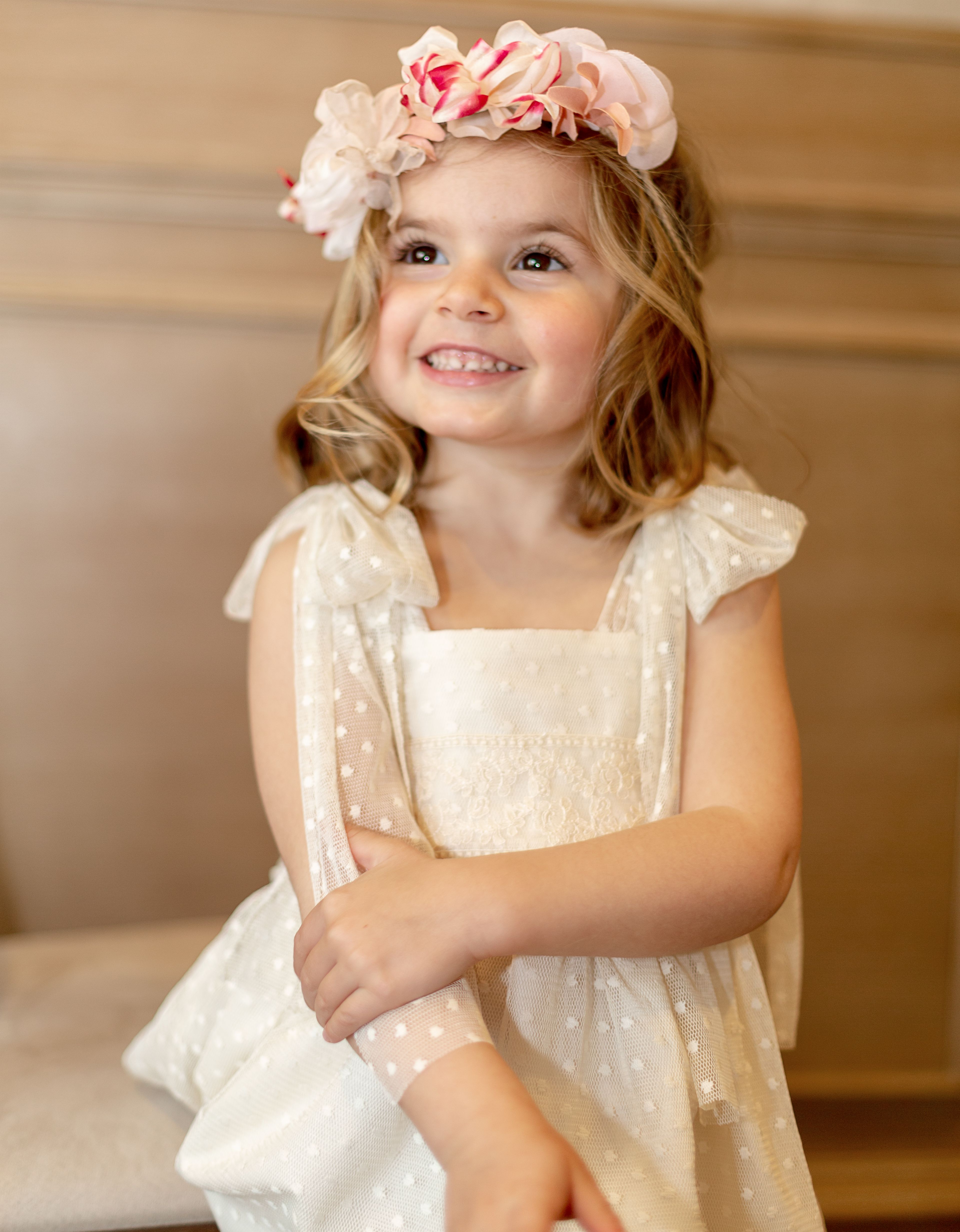 eab4b4ec5 Vestido de Niña para ceremonia de la colección Toffe confeccionado con tul  plumeti beige sobre base