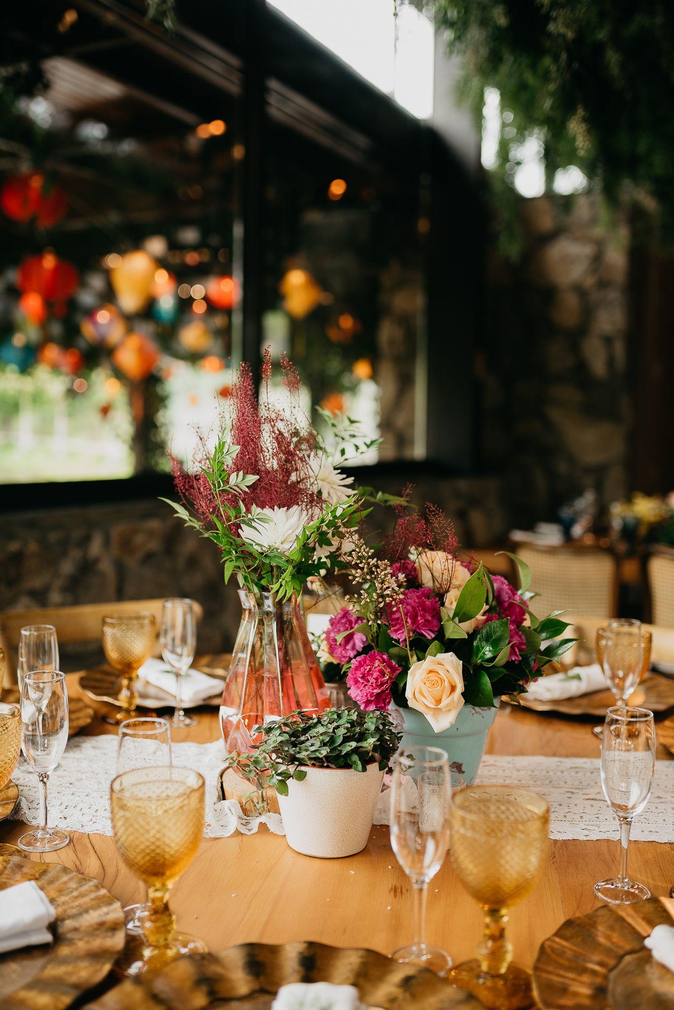 Casamento De Dia Mesa De Convidados Com Flores Coloridas Vasos