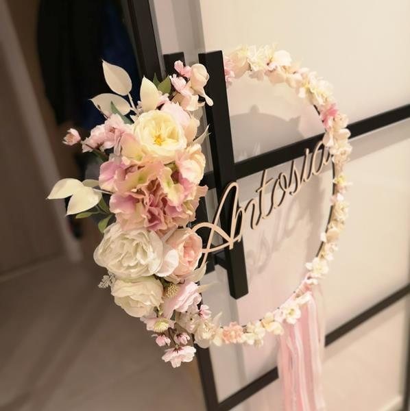 Kolo Z Imieniem Z Dekoracja Kwiatowa I Wstazkami 50 Cm Belladoma Pl Floral Wreath Floral Decor