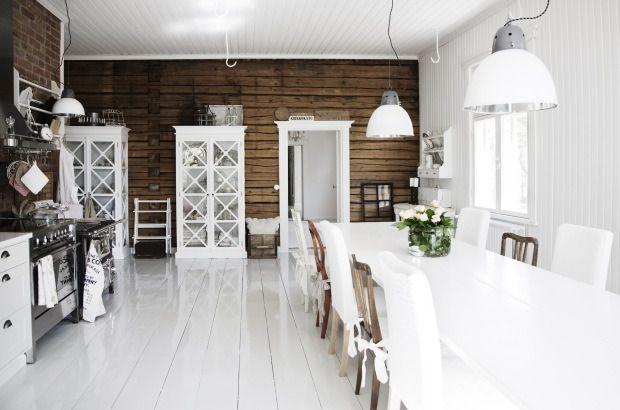 Une salle à manger-cuisine scandinave en bois blanc et brut