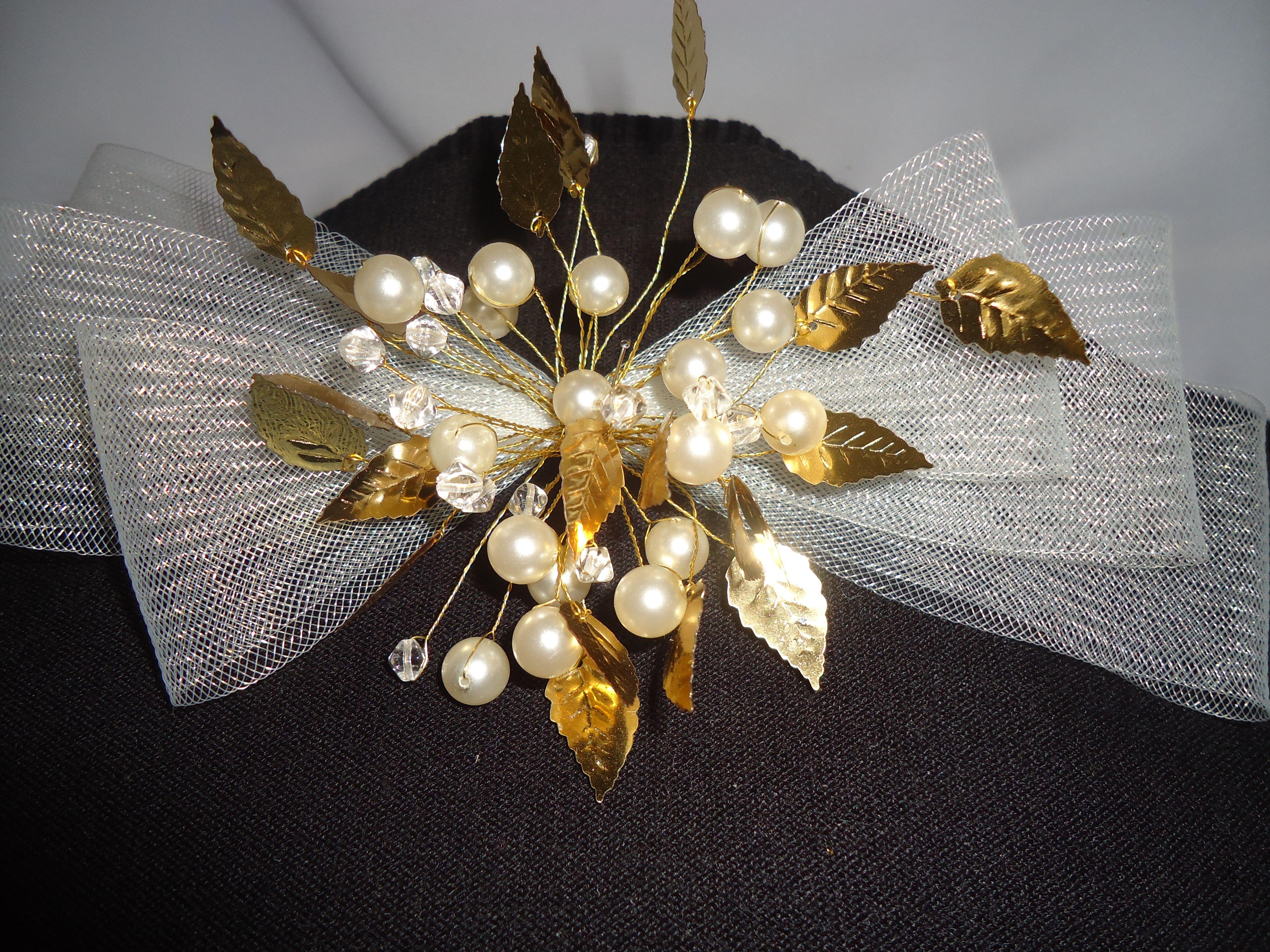 Tocado de novia  con perlas, crisales, y crin.