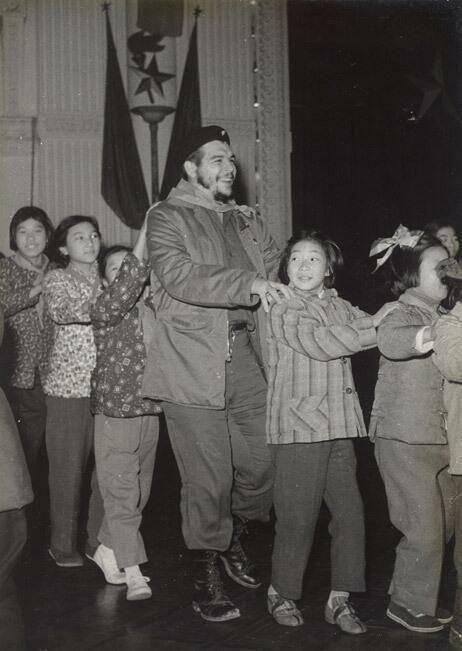 History In Pictures @Mary Fitzgerald Georgia In Pics Che Guevara in a Conga Line in a kindergarten in Shanghai, 1960 Immagini Storiche, Shanghai, Gente Che Balla, Vecchie Pubblicità, Socialismo, Regalo, Congas, Foto Rare, Storia Dell'uomo