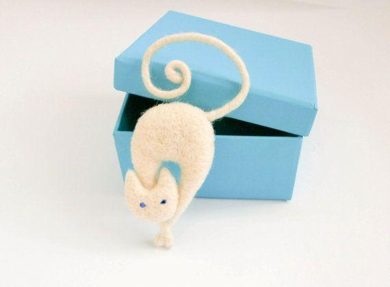 Needle felt cat brooch - creamy white cat