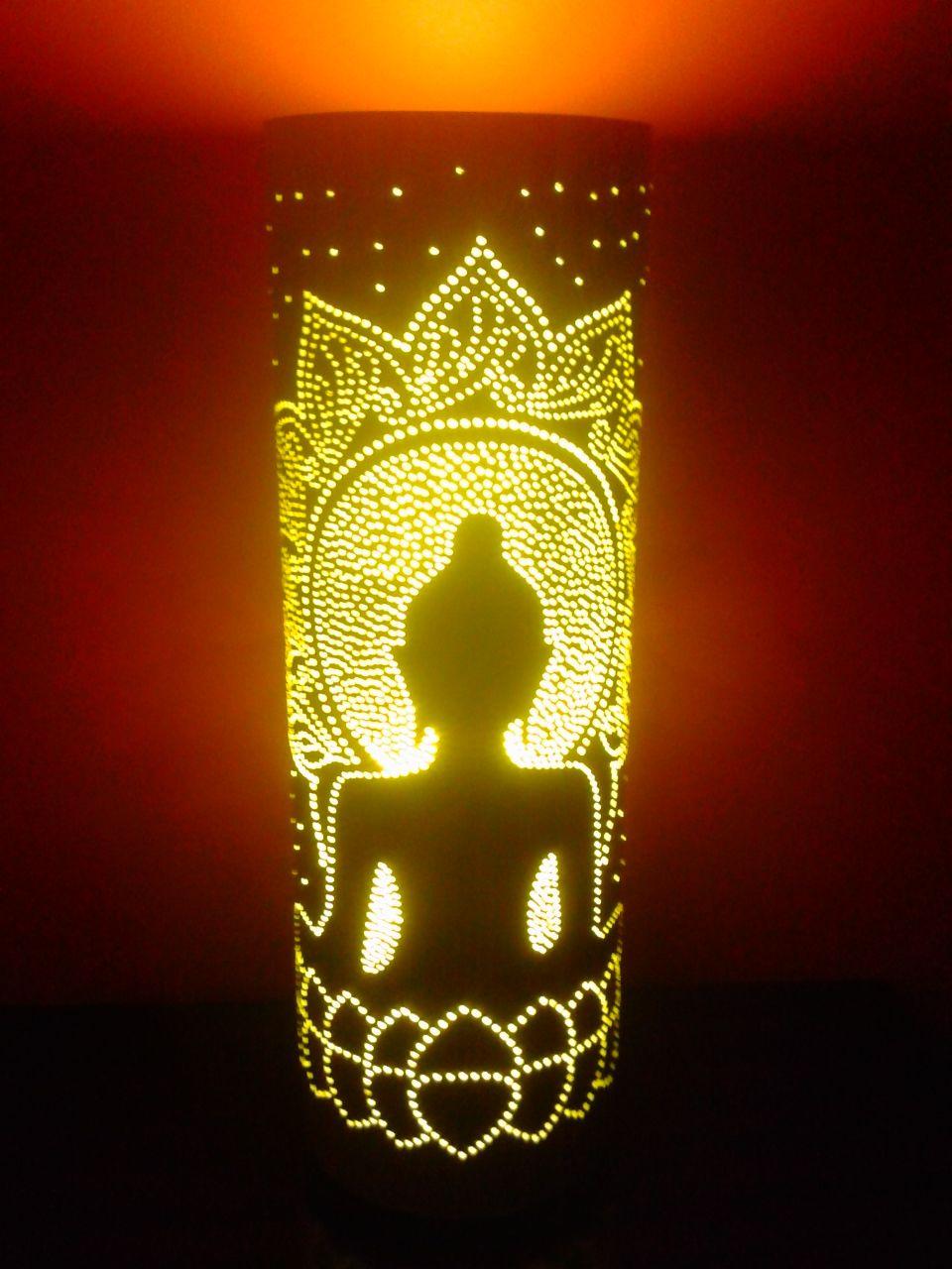 Candeeiro artesanal PVC; Altura: +/- 30 cm; Diamentro: 100mm; Cor exterior: Branco; Cor interior: Branco