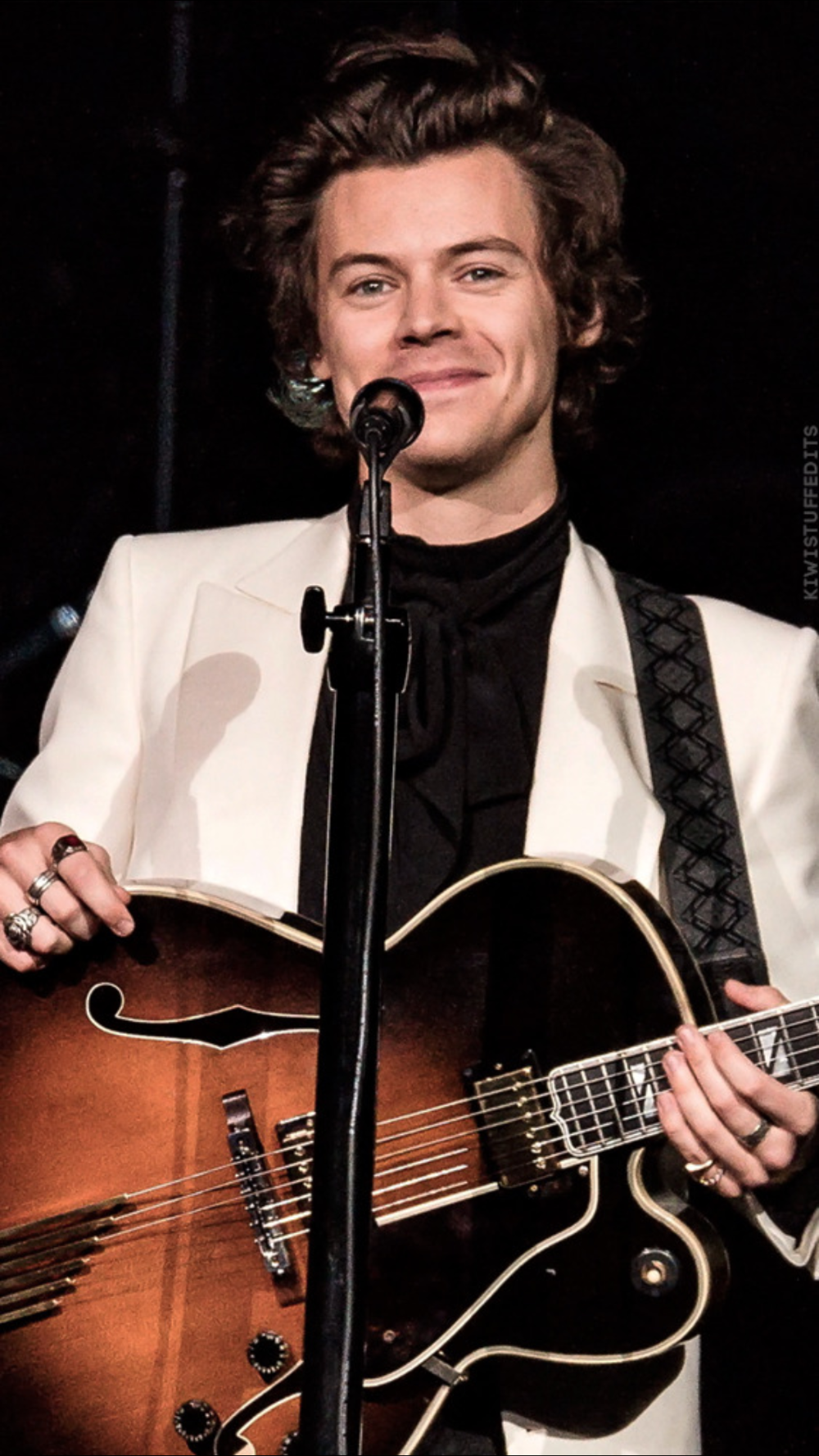 Harry Styles Born: 1st February 1994 is an English singer, songwriter, and actor. He rose to prominence as a member of the … | Estilos harry, Cantores, Harry styles