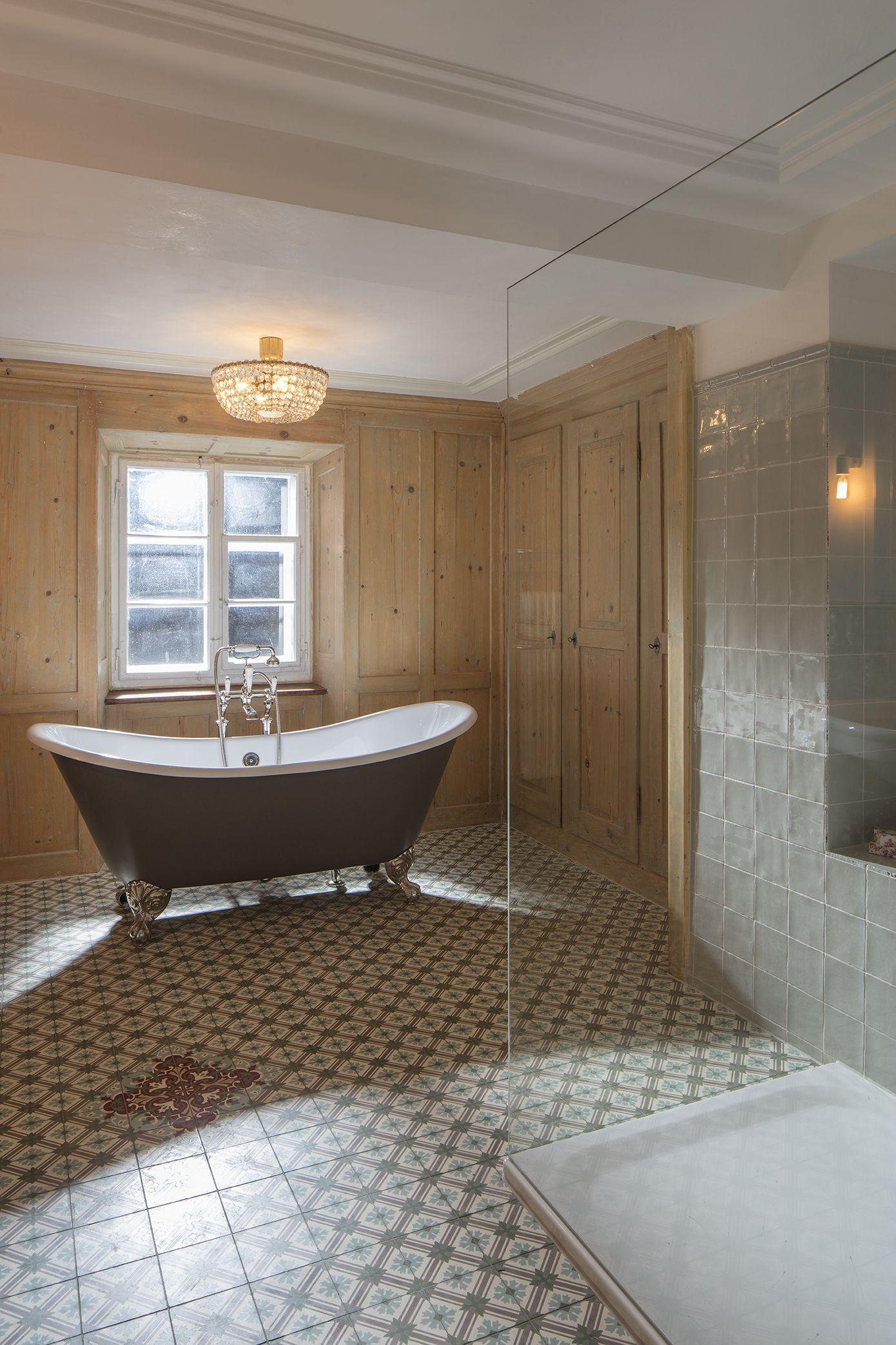 Grosses Bad Im Wirtshaus Gusseisen Badewanne Badezimmer Freistehende Badewanne