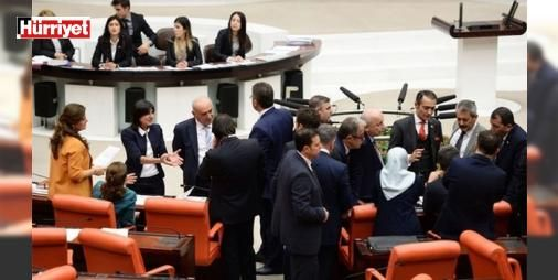 Kadın örgütlerinden bakanlara önerge çağrısı: Geri çekilsin : Adalet Bakanı Bekir Bozdağ ve Aile ve Sosyal Politikalar Bakanı Fatma Betül Sayan Kaya tepki çeken cinsel istimar düzenlemesi konusunda kadın derneklerinin yöneticileriyle önceki gün bir araya geldi. KADEMin Başkan Yardımcısı Cumhurbaşkanı Tayyip Erdoğanın kızı Sümeyye Erdoğan Bayraktarın da katıldığı toplantıda kadın örgütleri yöneticileri önergenin geri çekilmesini ya da ertelenmesini istedi…