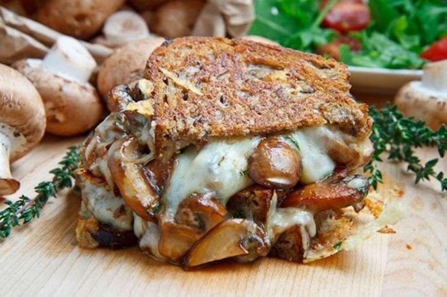 Γρήγορο: Σάντουιτς με μανιτάρι Portobello και πουρέ από ρεβίθι | Jenny.gr
