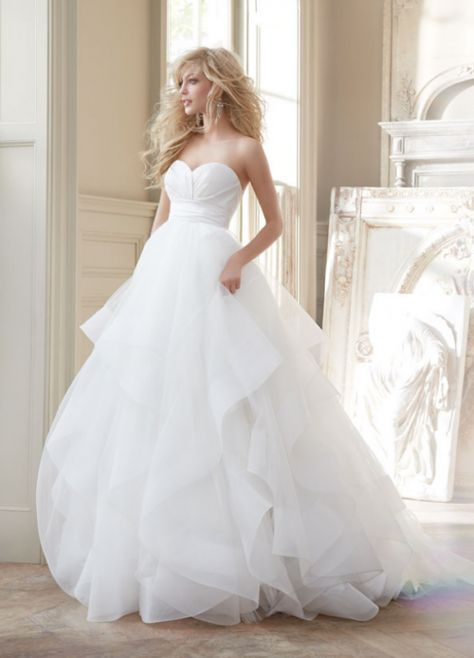 vestido de novia corte princesa con escote strapless corazón y falda