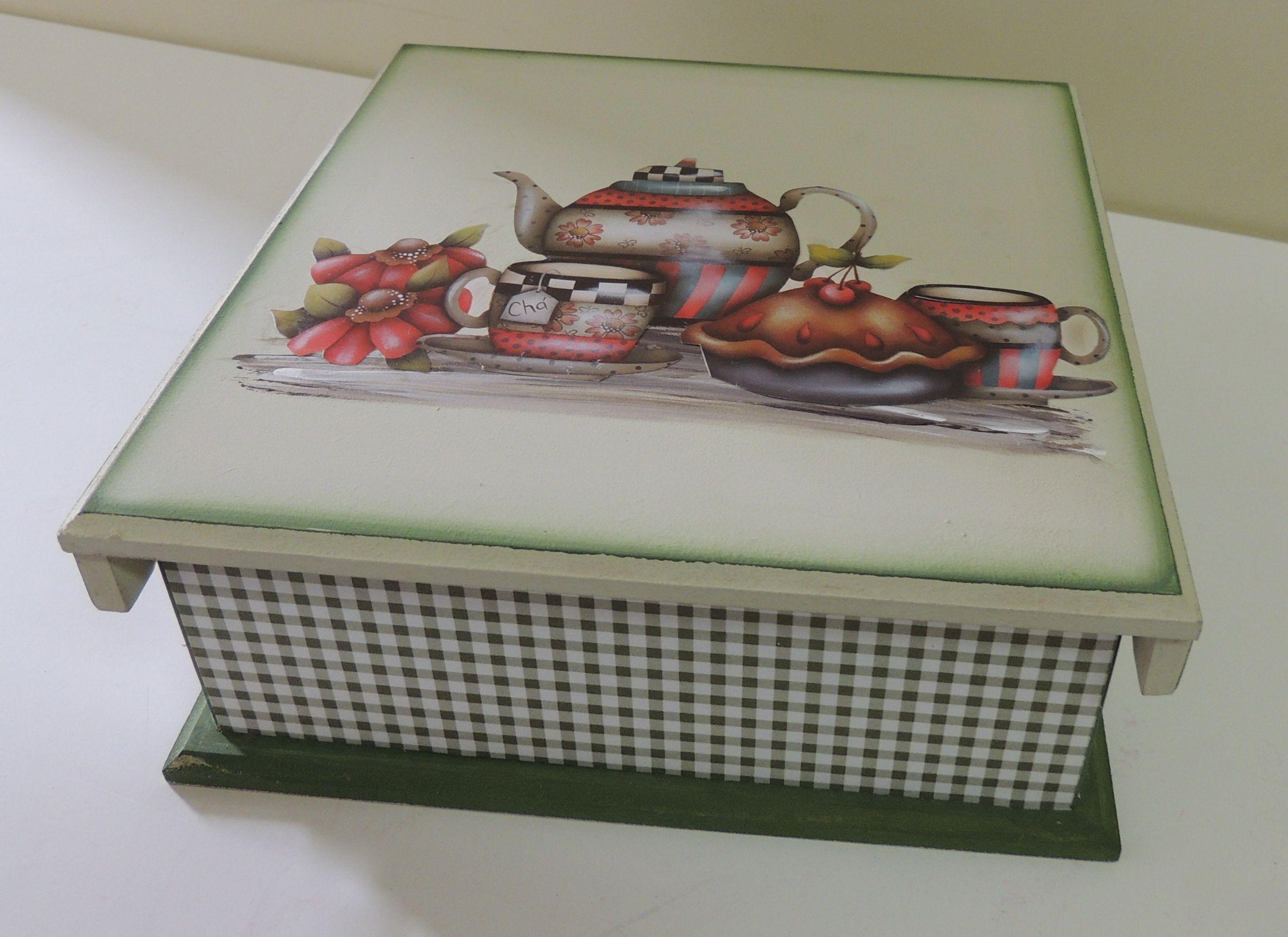 Caixa de Chá em MDF decorada com técnicas mistas de pintura, decoupage e papel de scrap.