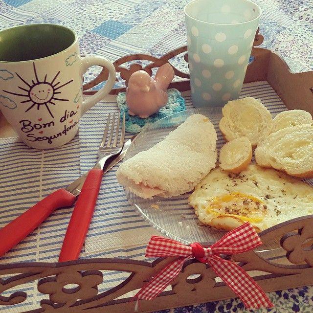Um dos melhores hábitos que trago do nordeste é tomar um bom café da manhã.  Eu simplesmente #amomuito . Quando não vou pro ateliê 2, eu arrumo bandeja só pra mim, (marido ja saiu) levo pra cama e me dou o prazer de começar o dia assim! Aí, é conversar com o Pai , pedir proteção de São Miguel e vumboraaaa que hoje é segundona! #dbembemviver, #dbem, #casadbemviver, #lugardeserfeliz, #cafe, #simplesassim, #cafedamanha ,#nordeste ,#segundafeira,#sendofelizcomigo ♡