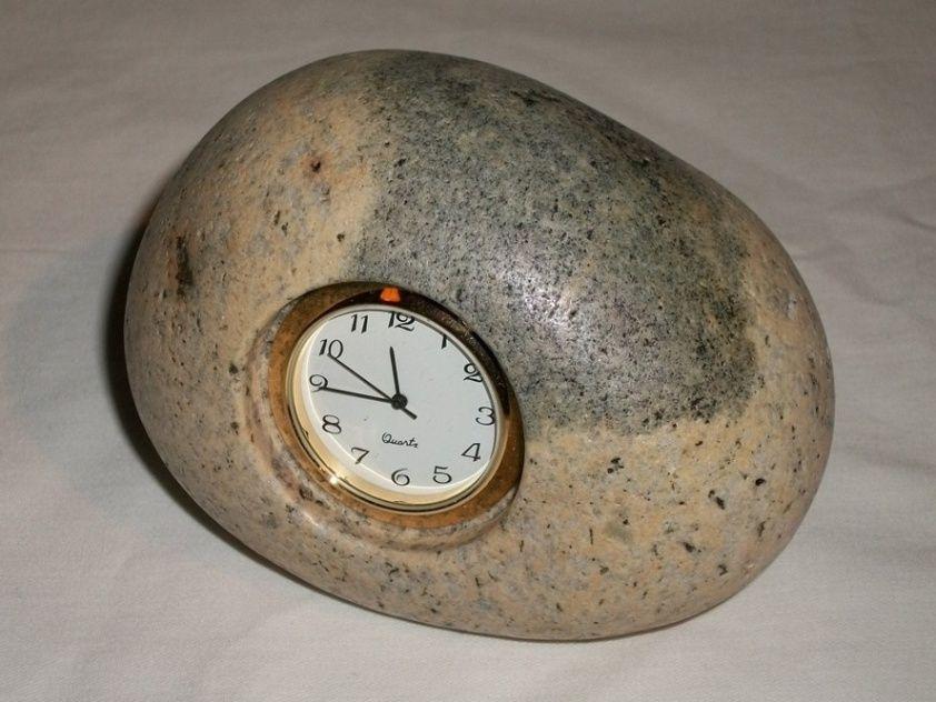 Em granito polido, esse relógio de mesa tem mecanismo removível para substituição da bateria. A peça sai por R$ 83,60 (+ frete e taxas) na Etsy (www.etsy.com) | Preços pesquisados em março de 2013 e sujeitos a alterações