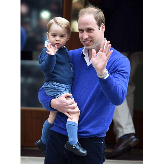 오늘은 아빠와 블루로 커플룩을 맞췄어요. 화이트 셔츠 위에 블루 카디건, 블루 쇼츠와 블루 삭스까지. 남자라면 파란색이죠!