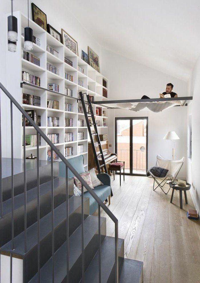 étagère bibliothèque occupant tout le mur dans une pièce blanche et lumineuse