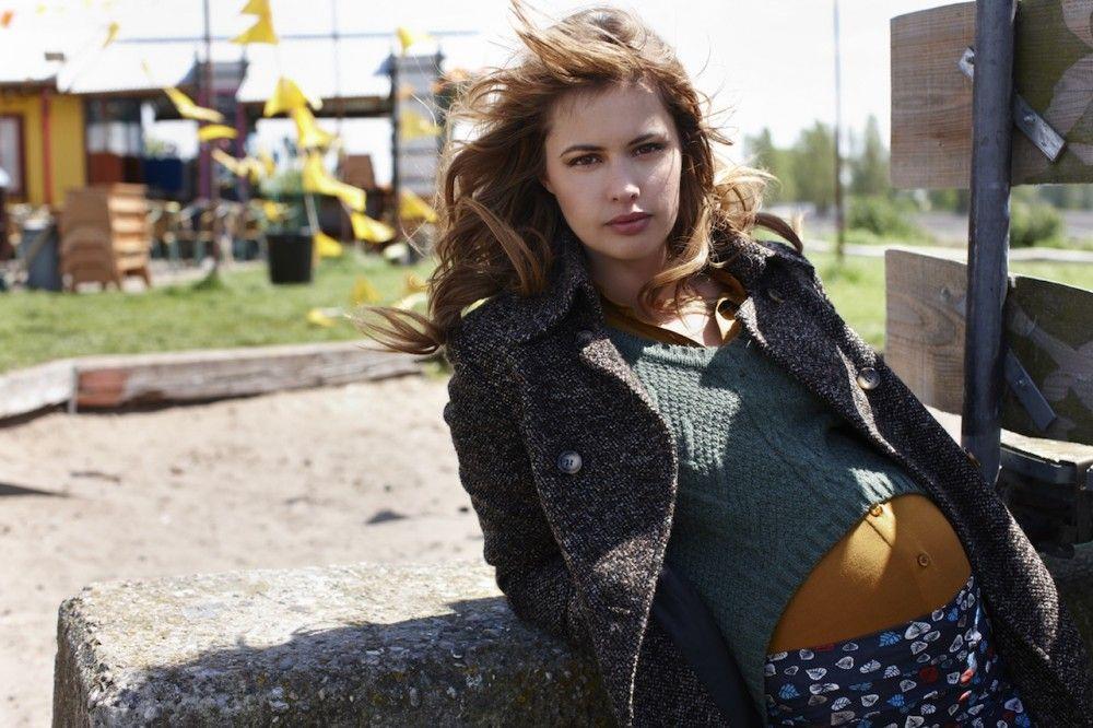Look de Queenmum, camisa y falda con hojas en Actualmama.com