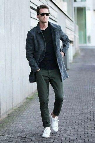 34b0633cc3c Look de moda: Abrigo Largo en Gris Oscuro, Jersey con Cuello Circular  Negro, Pantalón Chino Verde Oscuro, Tenis Blancos