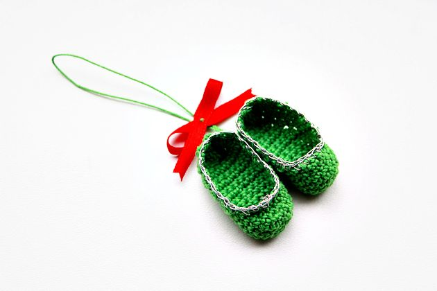 Mini Crochet Slippers…and a free pattern too « Crafts « Zoom Yummy