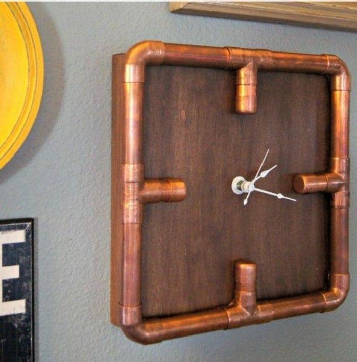 une horloge originale au design industrielle en bois et en tuyau cuivre
