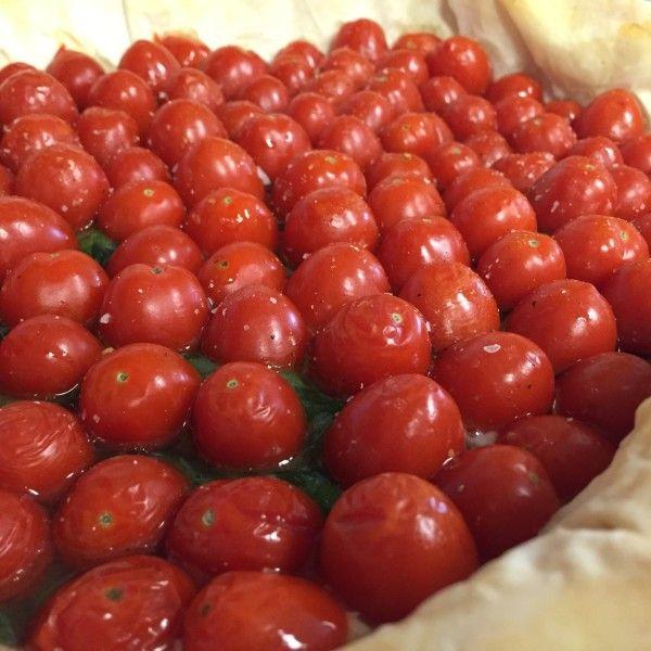 Esta tarta de tomate es deliciosa y muy original. Queda muy bonita con tomates cherry pero también puedes utilizar tomate rebanado.