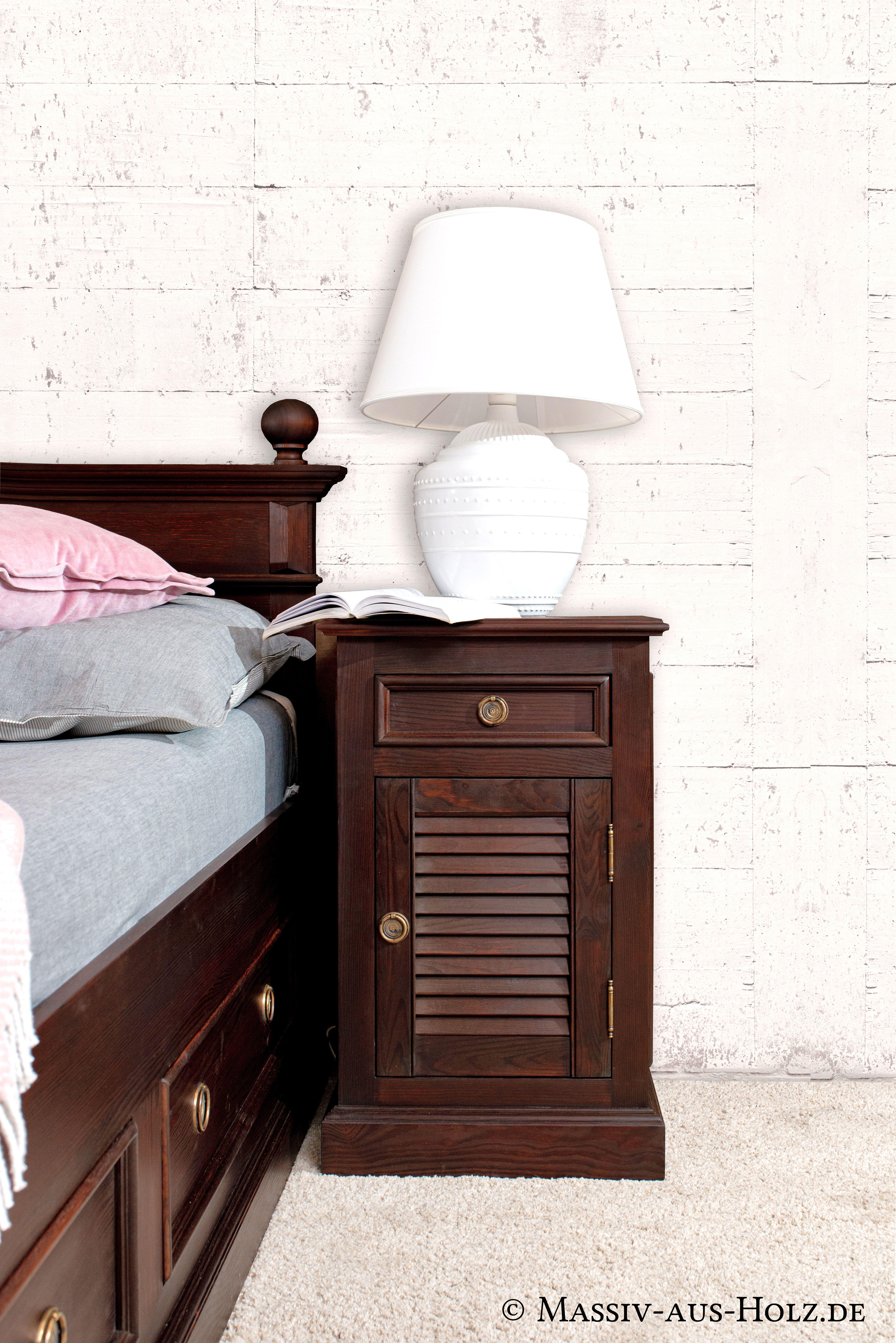 Nachttisch Mit Lamellentur Im Kolonialstil Holzbetten Himmelbetten Einrichten Und Wohnen