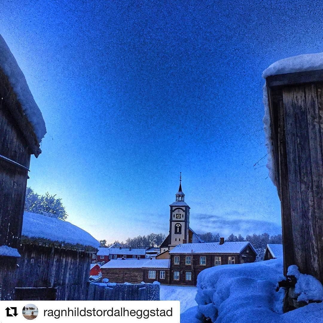 #RørosKirke er norges femste største kirke. #reiseblogger #reisetips #reiseliv  #Repost @ragnhildstordalheggstad with @repostapp  Mens vi venter på hvit jul  #destinationroros #exploretrondelag #global_nature_yellows #vision_world #ww_nature_miracles #dreamynorway #stalking_nature_ #amazing_memory_ #everydaybergen #heart_imprint
