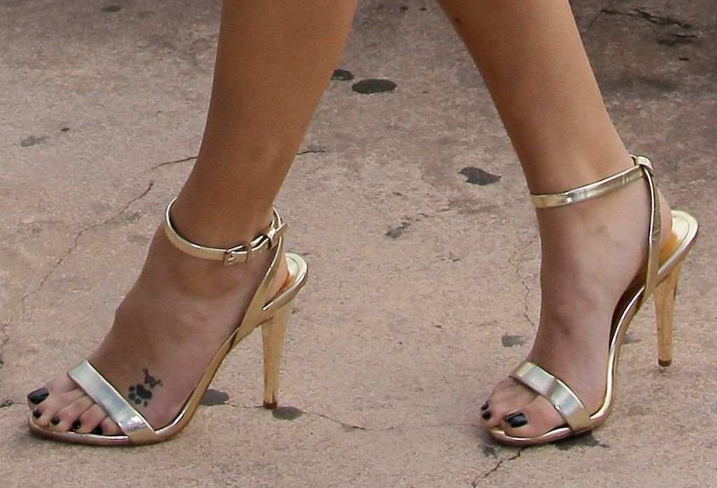 Laura Vandervoort's Feet << wikiFeet