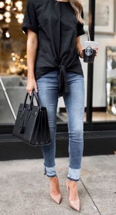 Stylish spring outfit idea with a pair of skinny jeans