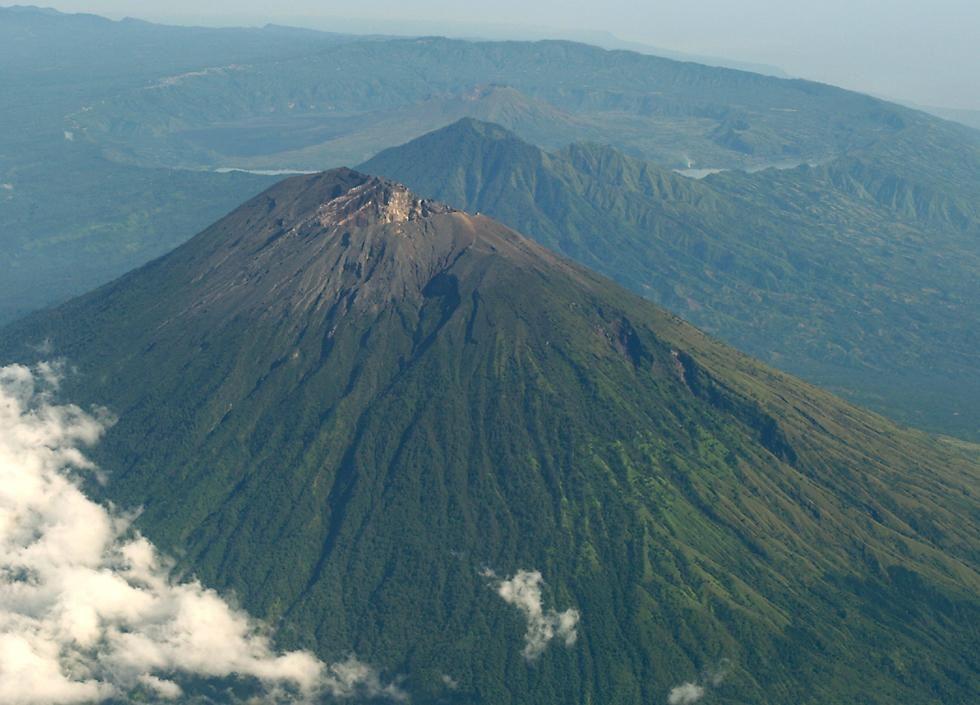 gunung yang ada di indonesia dari a z
