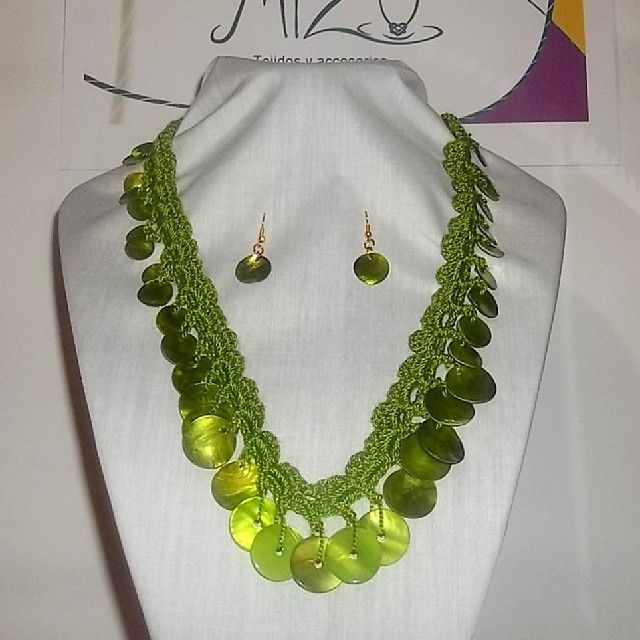 Collar 47: hilo verde con aplicaciones nacaradas. Con aros. Ch$6.000.