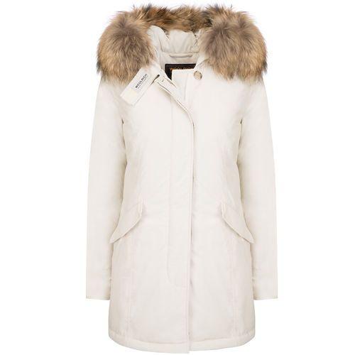 Woolrich Dame w's luxury arctic parka FROSSET HVIT. Den ikoniske – slim fit – feminine Arctic Parka i «form minne» stoff. Glidelås og knappelukking. Klaff lommer. Avtakbar racoon pels trim.