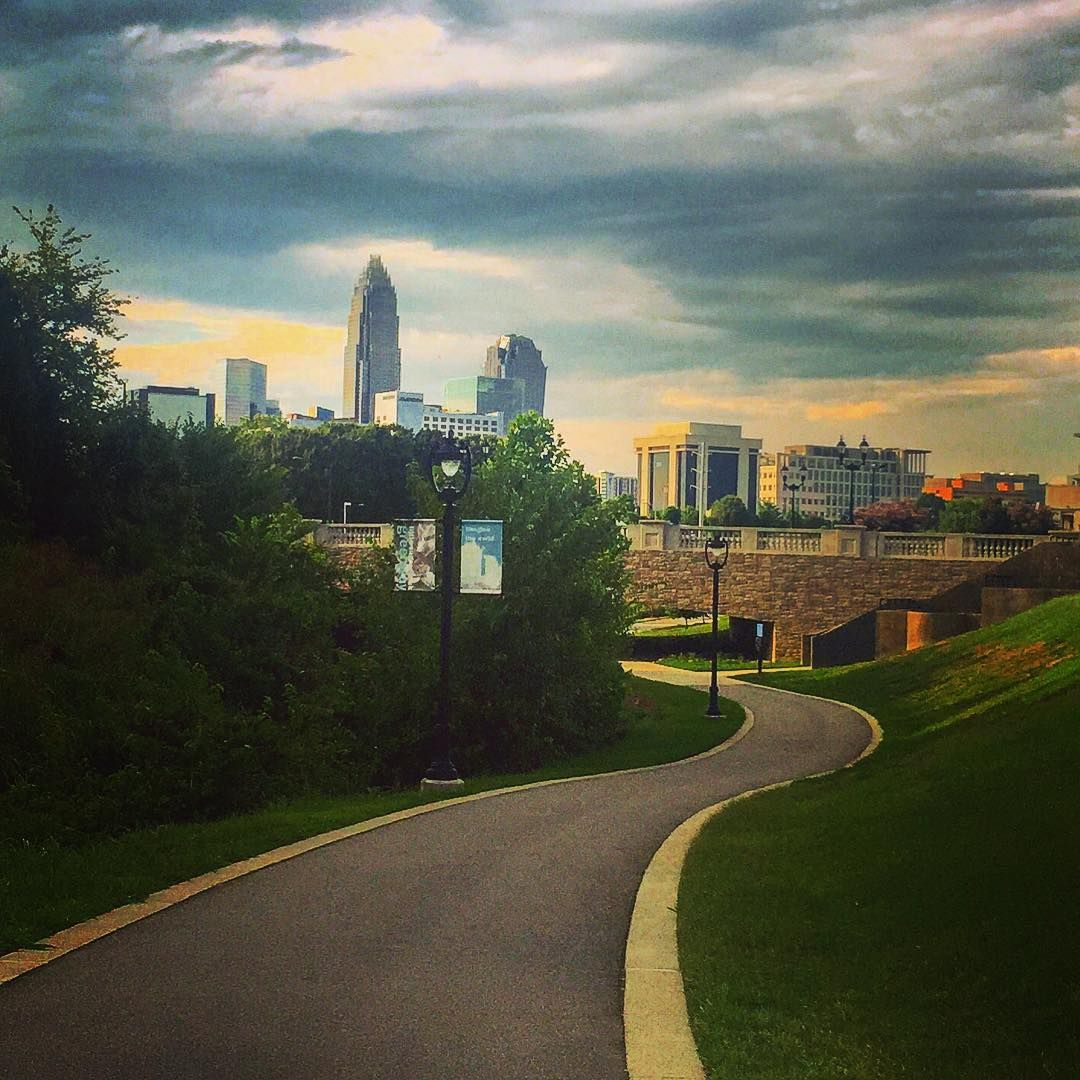 Over the last 6 months, I seem to find my most favorite running spots the week before I'm leaving. This city has really grown on me, and the company wasn't so bad either @shapiroab @charlotteagenda  #charlotte #skyline #freedompark #sugarcreekgreenway #running #northcarolina