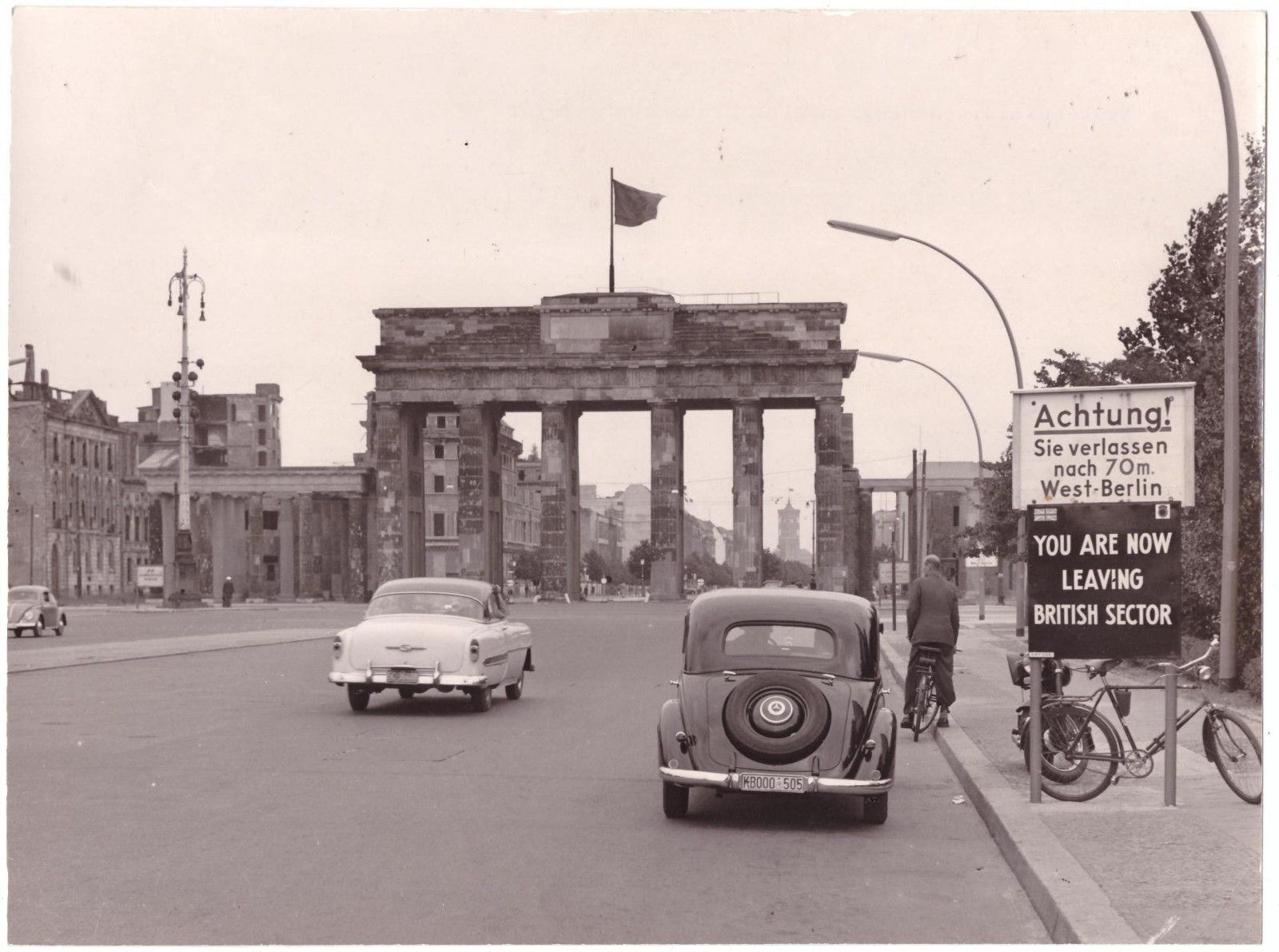 Berlin Um 1948 You Are Leaving British Sector Ruinen Brandenburger Tor Kalter Krieg