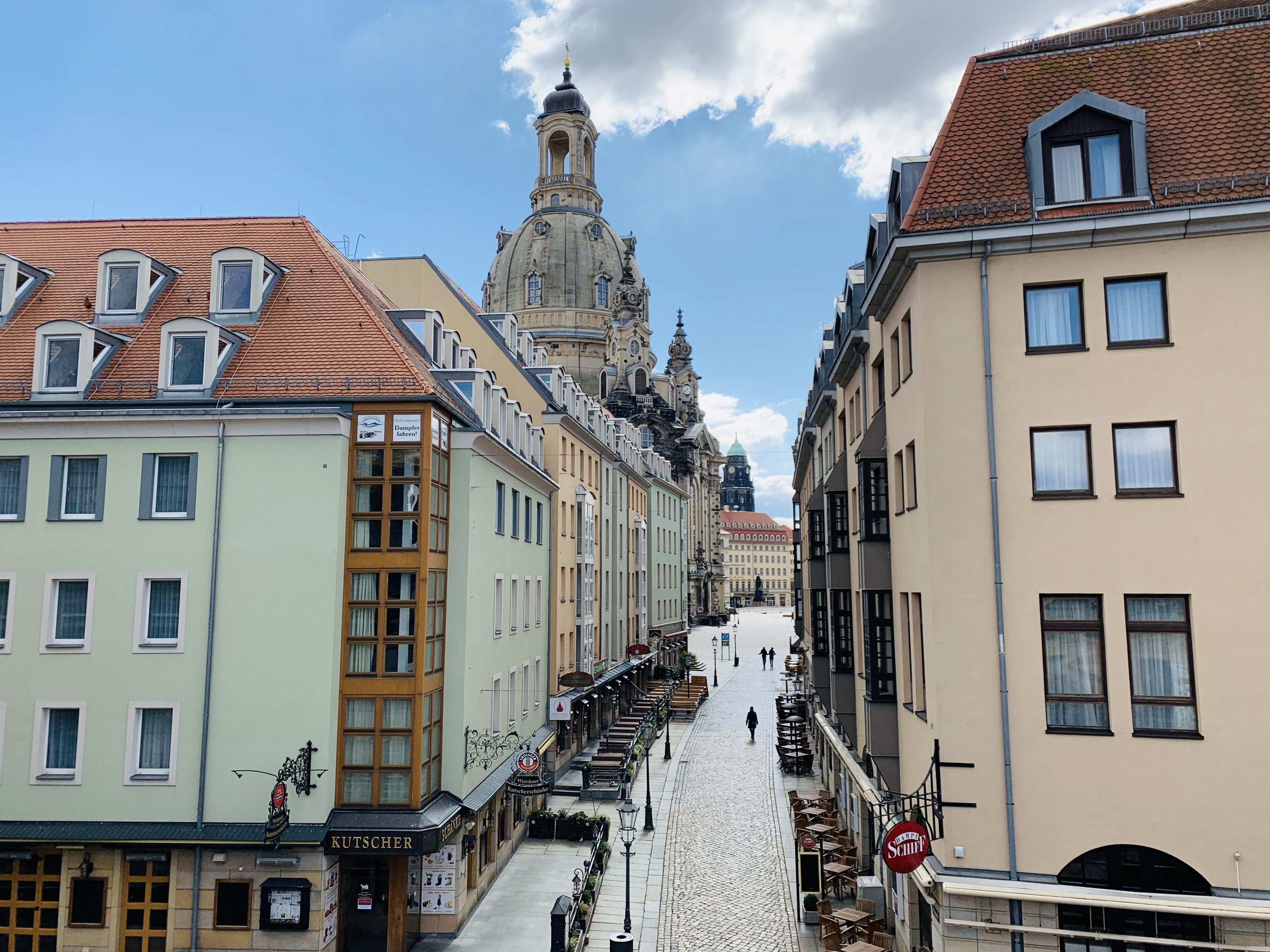 Blick Von Der Bruhlschen Terrasse In Die Munzgasse Mit Frauenkirche Im Hintergrund In 2020 Dresden Frauenkirche Bruhlsche Terrasse