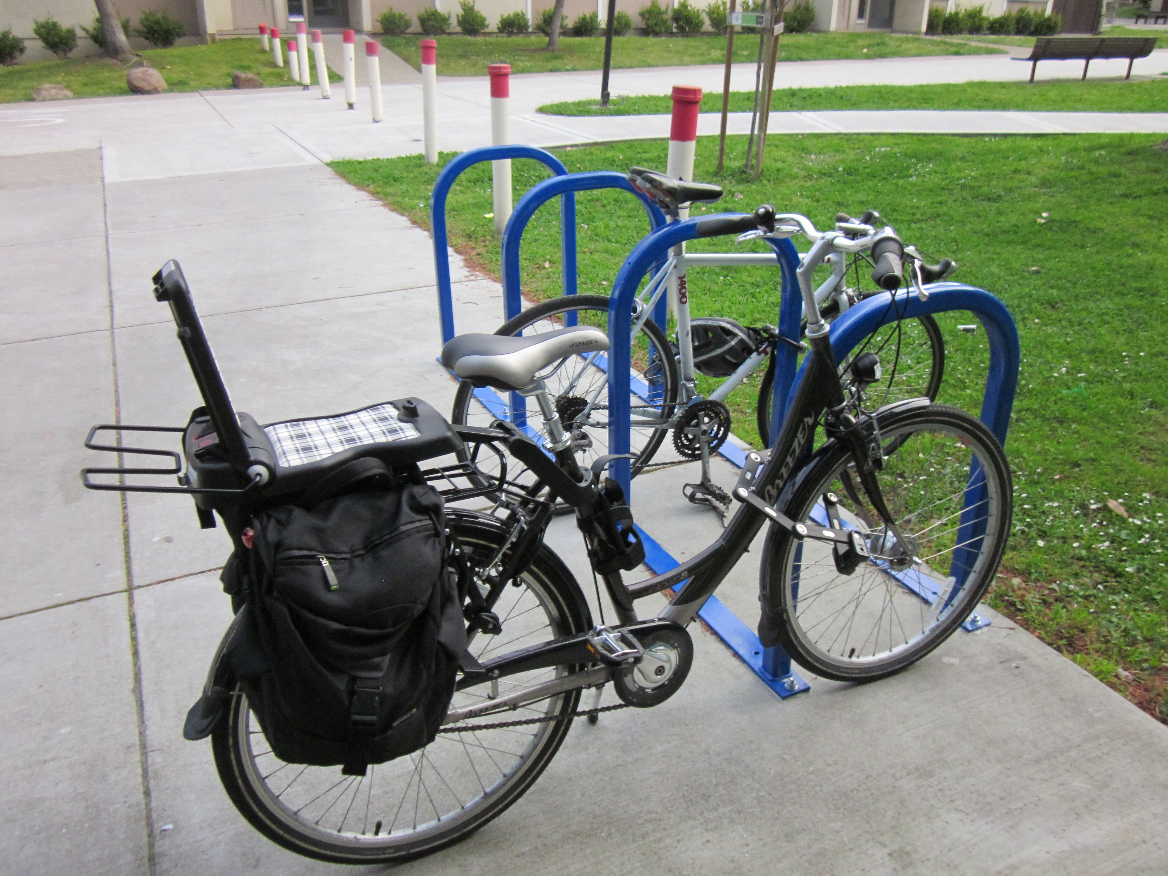 Vélo équipé du si¨ge Bobike Junior Classic qui sert de porte bagage